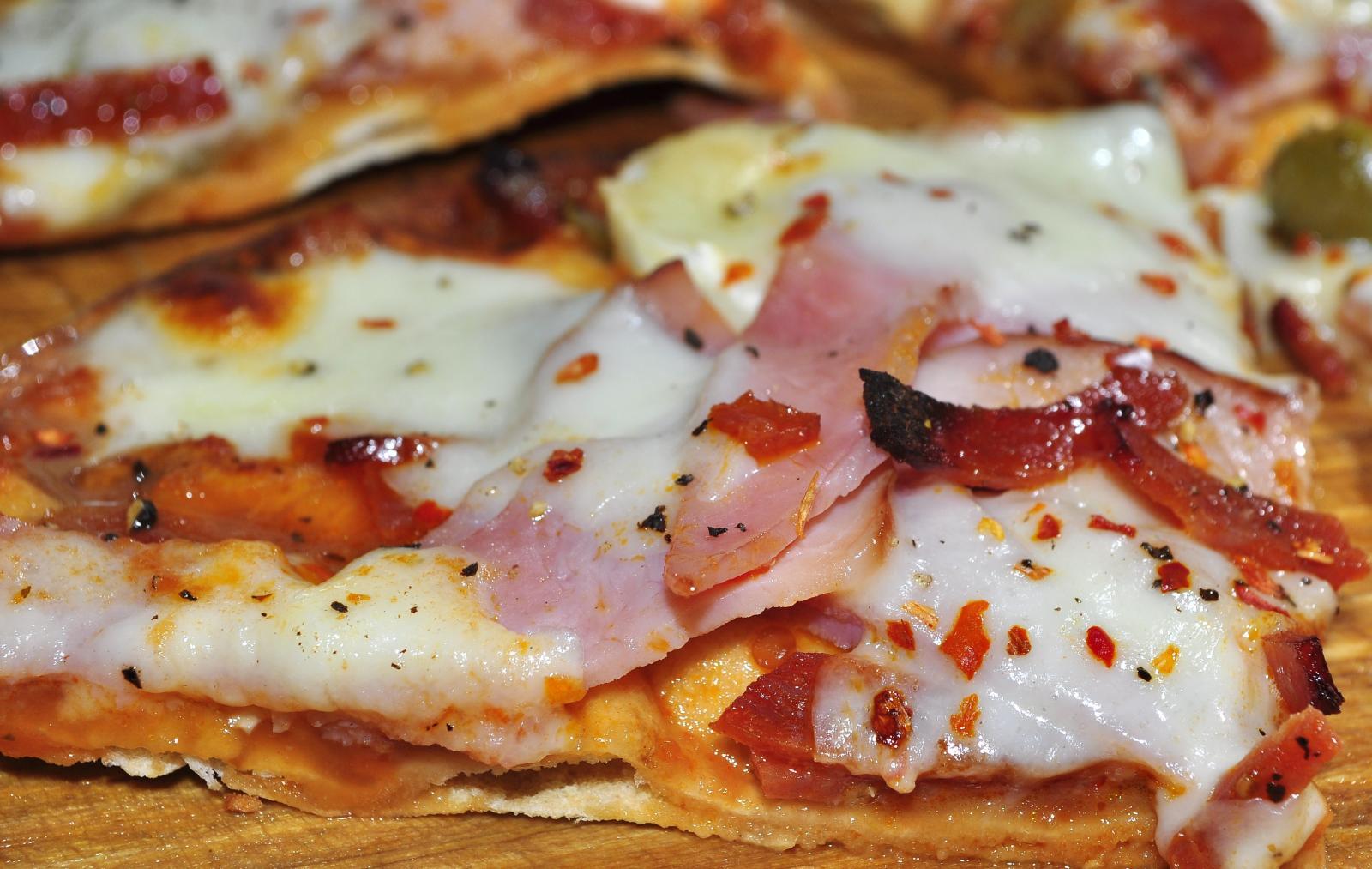 Pita_pizza_jeffreyw CC wikicommons